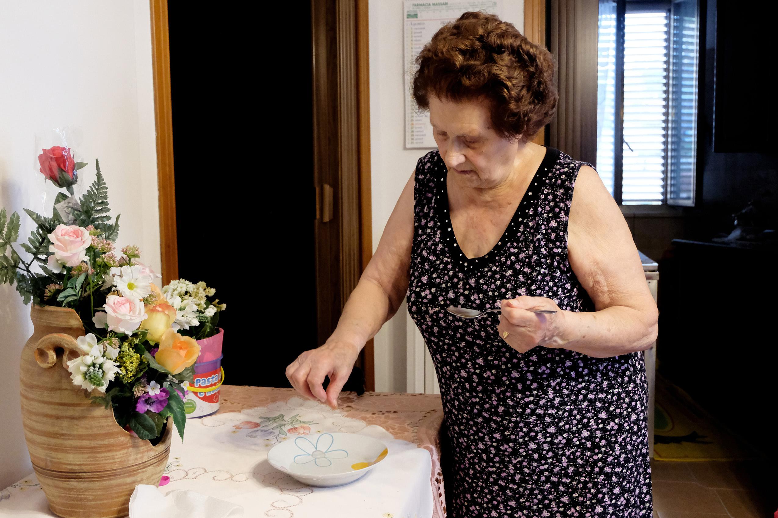Nonna-Antonia-mentre-toglie-lammidia