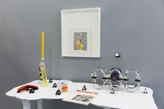 Gerangschikt op kleur: fotoboek met vrouw in geel truitje door Rineke Dijkstra (1981-1986), kandelaar met gele kaars door Roos Kalff (2018), parfumfles door Edgar Vos & Rop Ranzijn (1998). Foto: Franzi Mueller Schmidt.