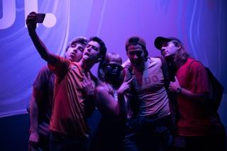 myss keta scatta una foto con i suoi fan
