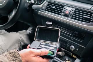 Der Privatdetektiv zeigt sein GPS-Gerät