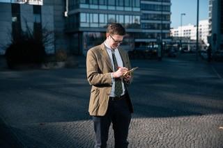 Der Autor in einem schnittigen Twee-Jackett auf der Straße