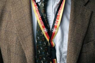 Die Krawatte im Gauland-Stil, darüber das Schlüsselband des BfV.