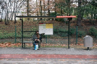 Im Tarnanzug an der Bushaltestelle