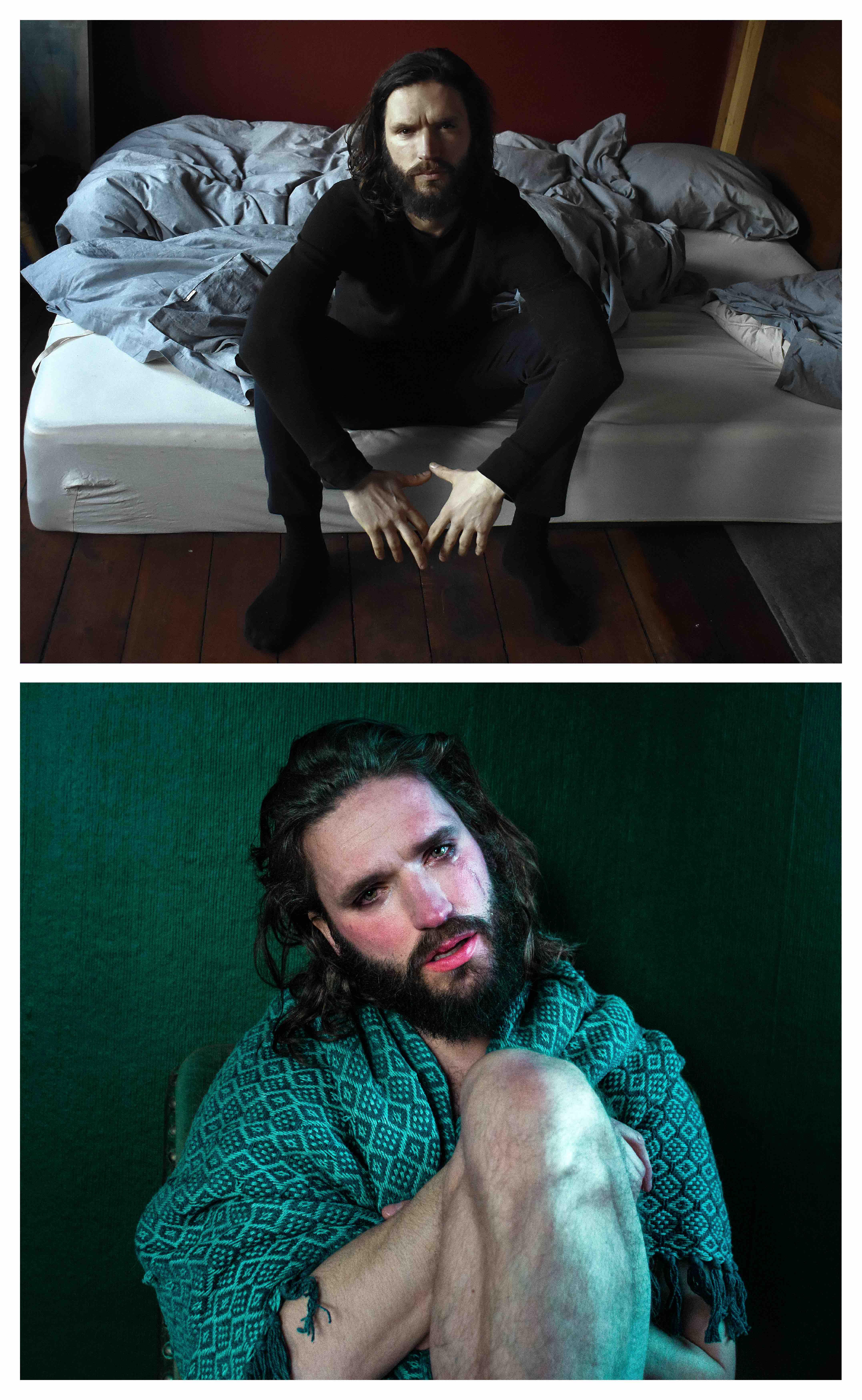 To billeder af Mads: et, hvor han sidder på en seng og ser vred ud, et, hvor han sidder svøbt i et tæppe og græder