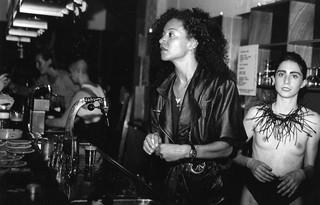 1541667912542-Marian-Bakker-Foto-van-twee-vrouwen-achter-de-bar-tijdens-een-Clit-Club-avond