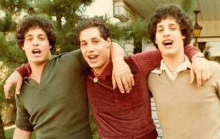 Still uit Three Identical Strangers
