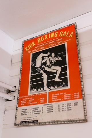 Een oude poster in Mejiro Gym.