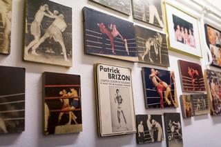 Foto's aan de muur.