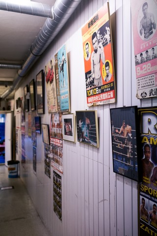 De gang vol oude posters.