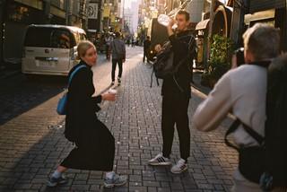 Hôy la sangerinde på gaden med venner i Japan 2018