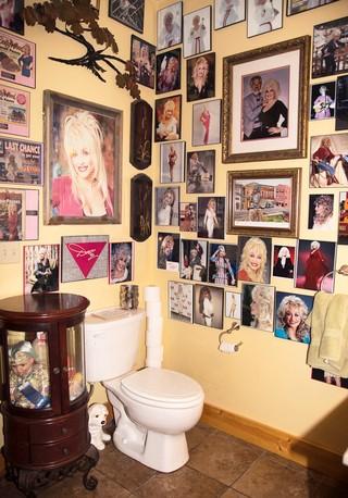 Kupatilo prekriveno fotografijama Doli Parton