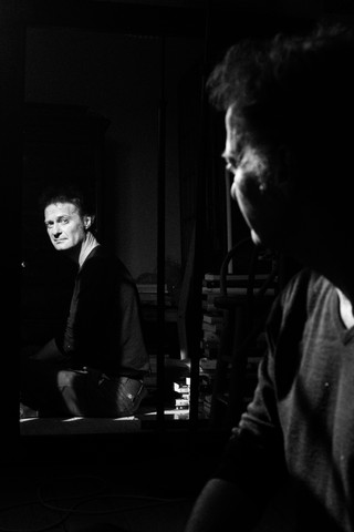 Knud Romer sidder og ser sig selv i spejlet. Sørgmodig
