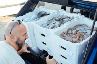 Asta-pesce-fiumicino-carica-macchina