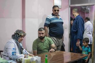 Patientinnen und Patienten warten im Krankenhaus von Mossul auf einen Termin beim Spezialisten