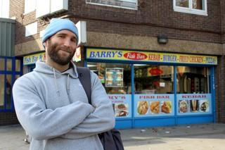 Der Autor posiert vor Barry's Fish Bar