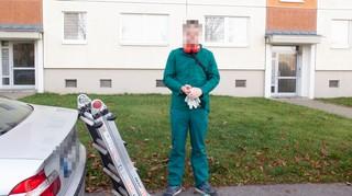 Ein Fußballfan neben seinem Auto in einem Förster-Outfit