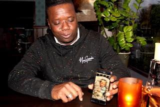 Orlando laat een foto van zijn jongste zoon zien.