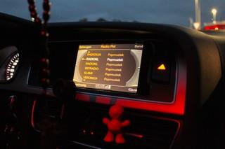 RadioNL staat aan in de auto.