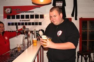 Niels van de Brigata Fanatico haalt biertjes.