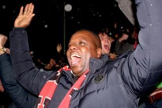 Orlando viert een goal van FC Emmen.
