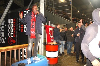 Orlando zing de Brigata Fanatico toe vanaf een container.