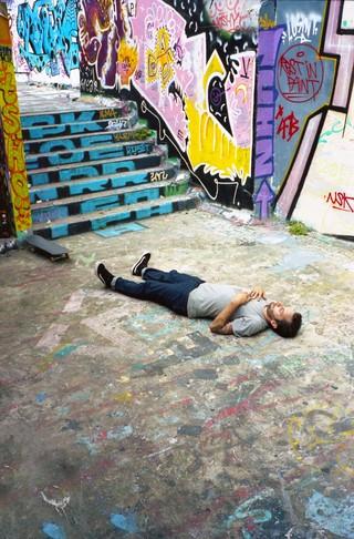 Un skater parisien, au sol