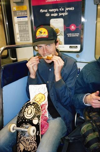Skater dans une rame de métro