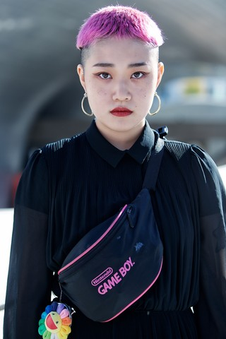 Pink-haired girl photographed at Seoul Fashion Week.