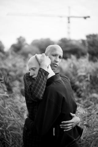 Twee jongens in een omhelzing