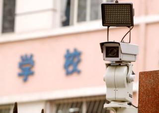 Eine Überwachungskamera auf einem Schulhof im chinesischen Jinan.