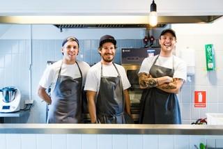 Tre kokke står i køkkenet på Social Cantina