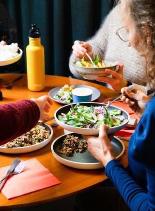 Folk spiser frokost i Social Cantina