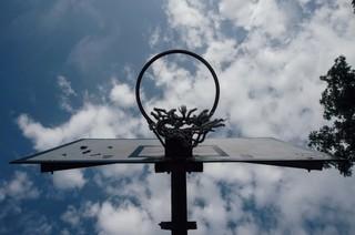 Een basketbalveld in voormalig Joegoslavië.