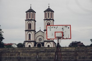 Een basketbalveld in Bosnië.