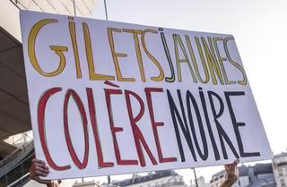 1542718988106-gilet-jaunes-protesta