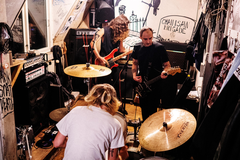Punkgruppen Ond Tro øver i Ungdomshuset 2018