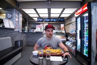 Rik Nauwelaerts wedstrijdeter frieten curryworst eten