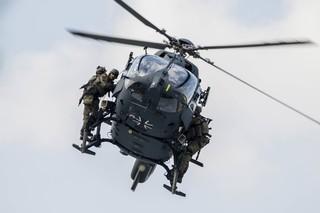 KSK-Soldaten hängen außen an einem fliegenden Helikopter wie die Bosse.