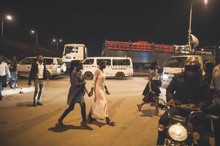 Faridah og hendes veninde går hånd i hånd gennem Bwaise