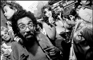 Bruce Gilden photographs a crowd of people
