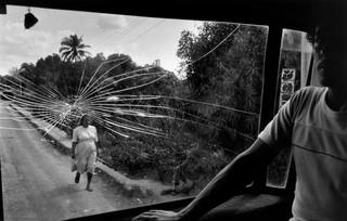 Susan-Meiselas photographs a woman in El Salvador