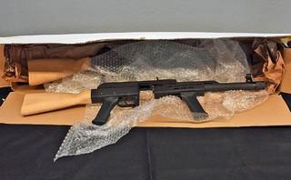 Eine Waffe aus dem Online-Shop Migrantenschreck, die vom Frankfurter Zoll bei einer Razzia beschlagnahmt wurde.
