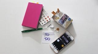 Stillleben von Handy und Medikamenten