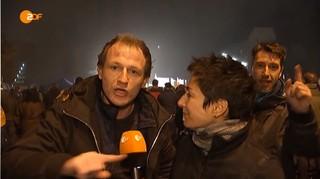 Die ZDF-Reporterin Dunja Hayali berichtet im Oktober 2015 von einer AfD-Demonstration mit Björn Höcke auf dem Erfurter Marktplatz.