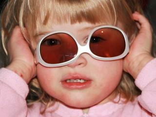 Dete nosi naočare na glavi