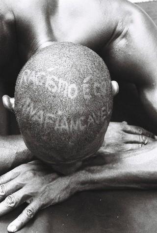 1543506073085-4-Foto-da-serie-cabeca-feita-Intervecoes-feitas-pelo-fotografo-nas-cabecas-de-jovens-negros-para-levantar-a-sua-autoestima-Foto-Lazaro-Roberto-Ano-1995