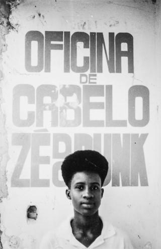 1543506420454-55-Oficina-de-cabelo-Ze-do-Punk-cabeleleiro-de-grandes-artistas-nos-anos-90-Foto-Lazaro-Roberto-Ano-1993