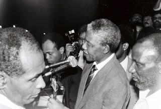 1543511431449-48-Nelson-Mandela-discursando-na-preca-castro-alves-para-milhoes-de-pessoas-Foto-Lazaro-Roberto-Ano-1991