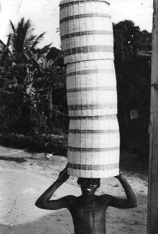 1543511731091-24-crianca-do-Quilombo-praia-grande-transportando-cestou-para-o-saveiro-Foto-Lazaro-Roberto-Ano-1993