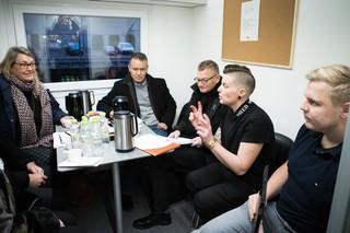 Mette Schak Dahlmann sidder i skurvognen sammen med mødets deltagere og taler.